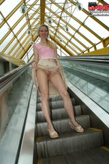 0697 shameless blonde exhibits pussy upskirt