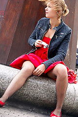 2442 Lady in red upskirting
